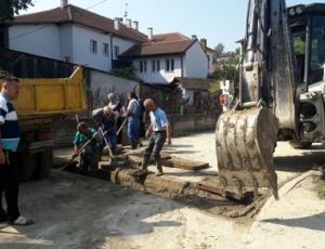 Комуналец ја исчисти атмосферската канализација на  Ристо Ѓондев  во Ваташа