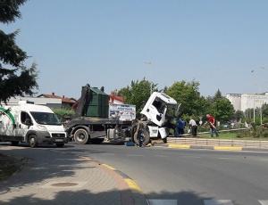 Камион на Комуналец се заби во новиот кружен тек